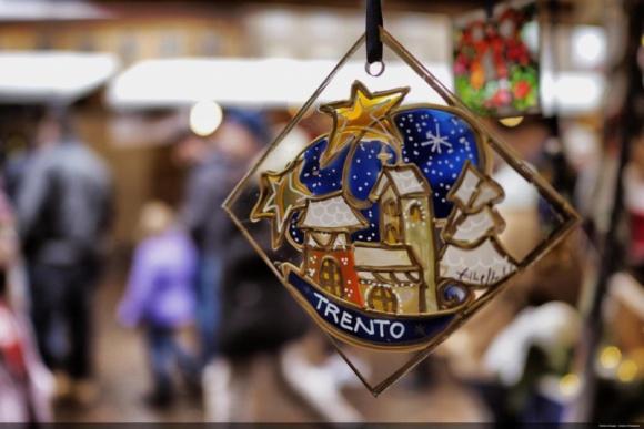 Włoskie tradycje świąteczne. Odkryj bożonarodzeniowe smaki regionu Trentino BIZNES, Kultura - Spragnieni odkrywania świata, nawet pozostając w Święta w domu, nadal możemy przeżyć je magicznie, poznając tradycje włoskiego Bożego Narodzenia. Każdy region zachował tam odrębne zwyczaje oraz wyjątkową kuchnię. Wielkie bogactwo smaków odnajdziemy w alpejskim regionie Trentino.